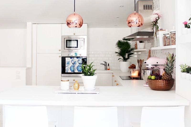 blanco_en_la_reforma_de_una_cocina_interiorismo_vista_cocina_espacio_barra
