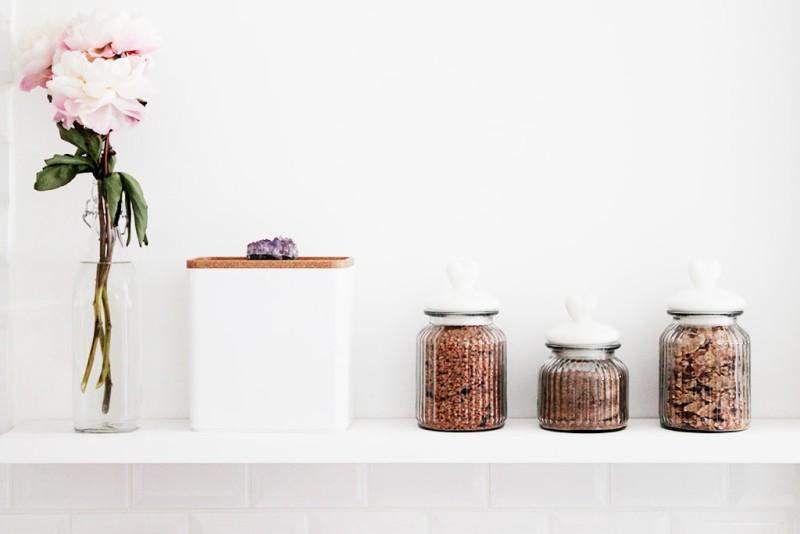 blanco_en_la_reforma_de_una_cocina_interiorismo_detalles_frascos_flores
