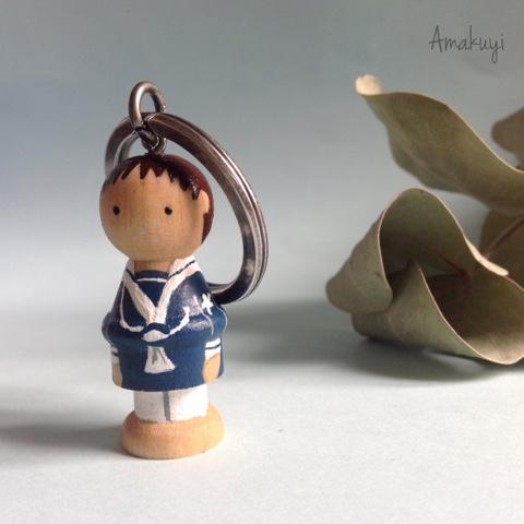 Muñecos-personalizados-llaveros-recordatorios-comuniones-madera