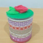 http://www.manualidadesconmishijas.com/2017/03/tarrito-reciclado-de-whasi-tape-y-plastilina.html