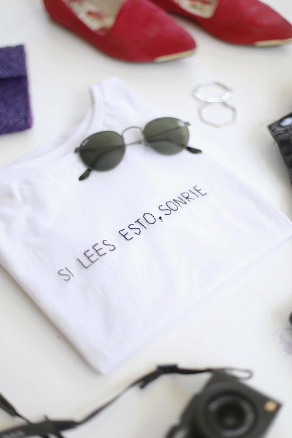 polera-camiseta-bordada-frase-shirt-embroidery-side-lado