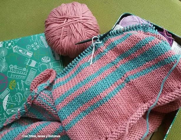 Con hilos, lanas y botones: Jersey de rayas azul y rosa