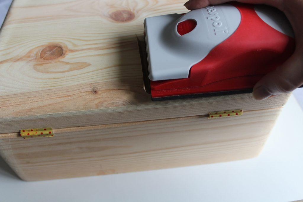 Costurero DIY - Paso 1 - Lijar la caja de madera