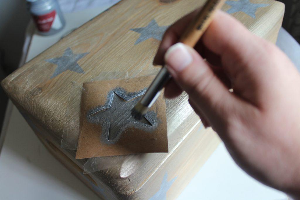 Costurero DIY - Paso 3 - Pintar estrellas con nuestra plantilla