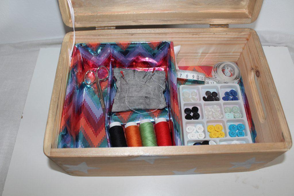 Costurero DIY- Paso 6 - Colocar los accesorios de costura