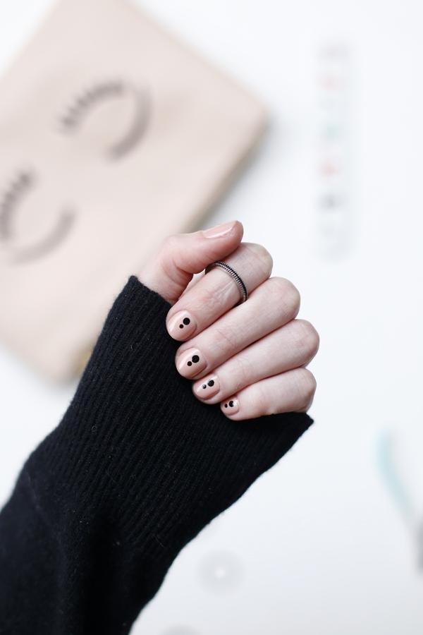 manicure-nail-nailart-punto-negro-black-dot-detalle