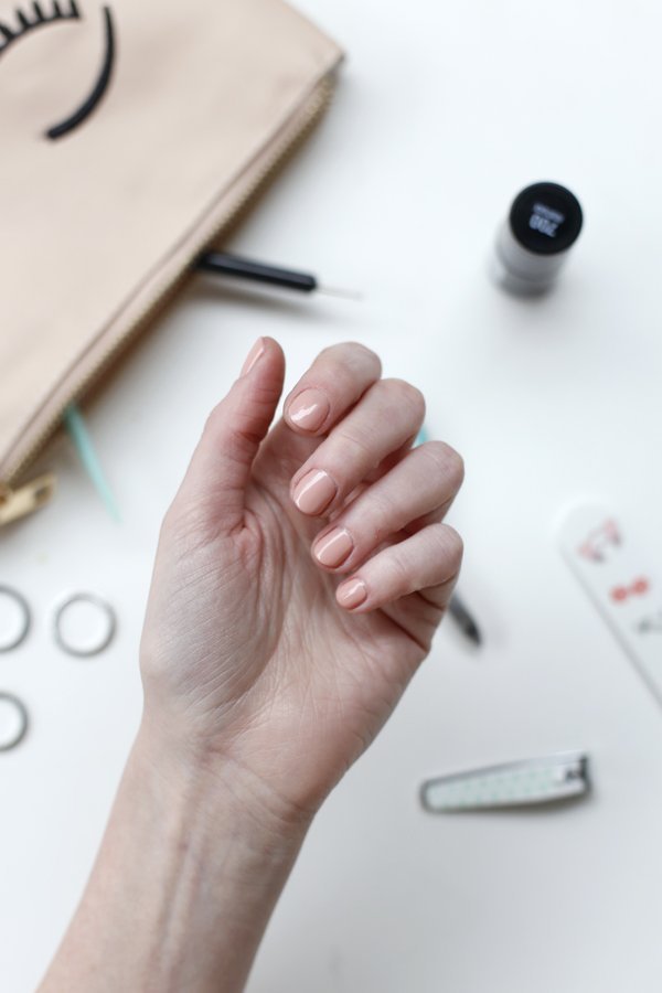 manicure-nail-nailart-punto-negro-black-dot-nude
