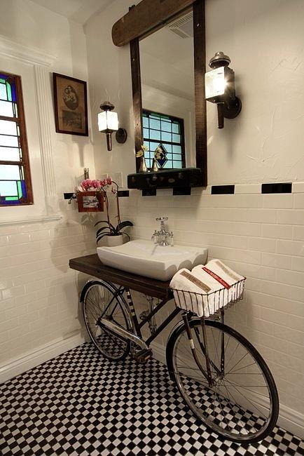 Mueble de baño hecho con bicicleta