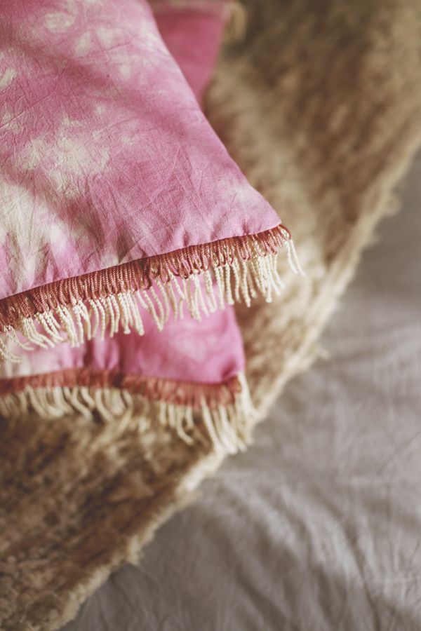 cojin-boho-flecos-shibori-rosado-diy-1