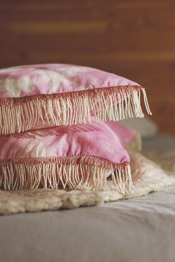 cojin-boho-flecos-shibori-rosado-diy-2
