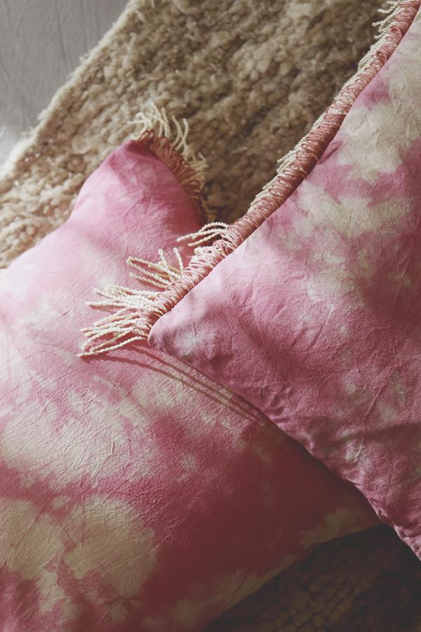 cojin-boho-flecos-shibori-rosado-diy-3