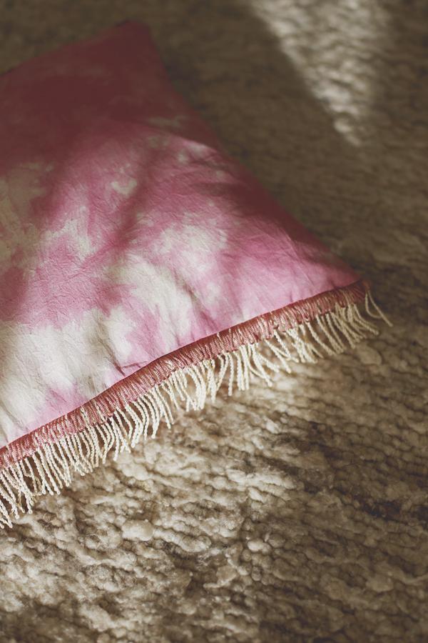 cojin-boho-flecos-shibori-rosado-diy-4
