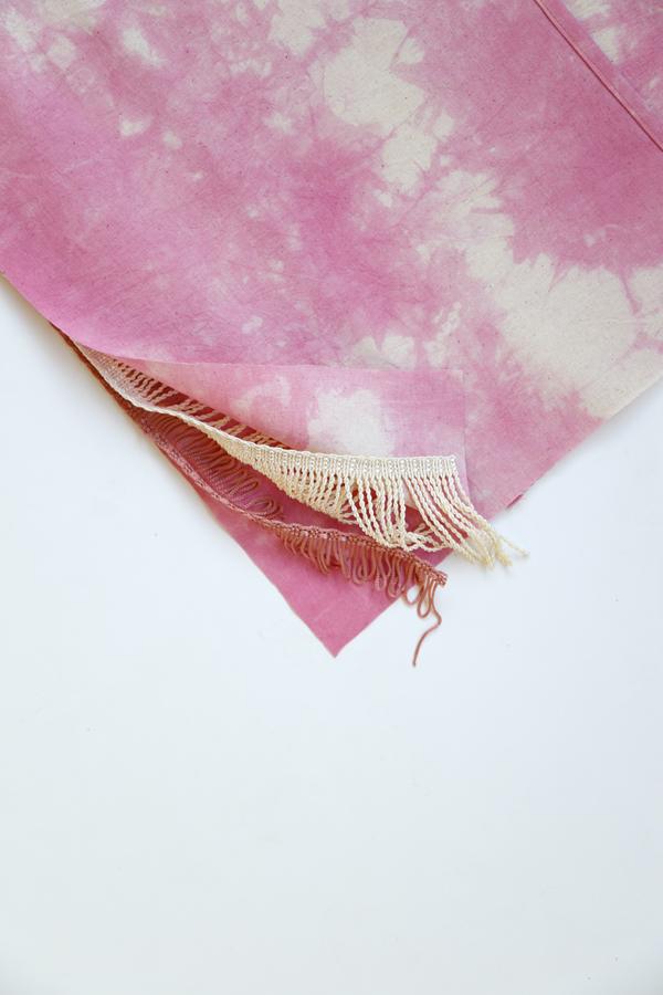 cojin-boho-flecos-shibori-rosado-diy-capas