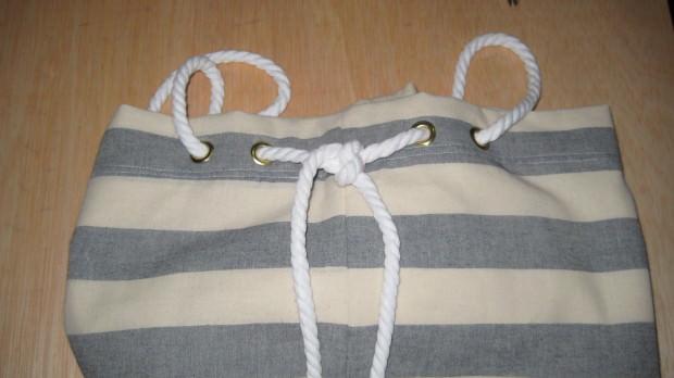 Pasar los cordones por los ojetes