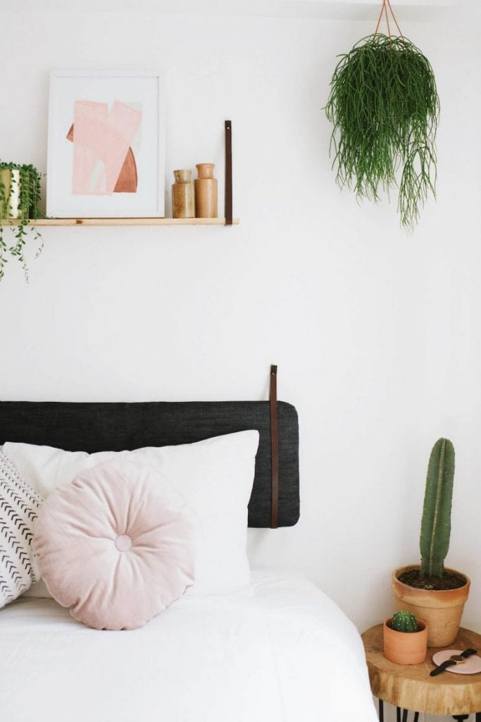 DIY-para-intentar-este-verano-cabezal-Ikea-Hack-Hanging-Cushion-Headboard-01