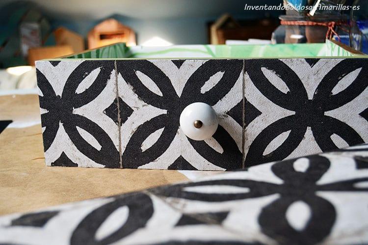 cajon-decorado-papel-pintado-baldosas