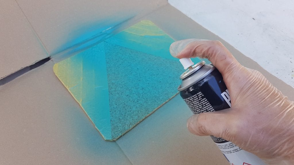 DIY Alfombrilla de raton de corcho - Pintar con la pintura en spray