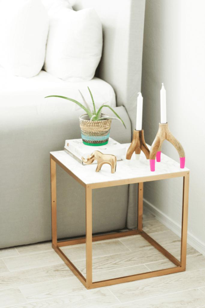 5_Ikea_hacks_para_renovar_la_decoración_de_tu_casa_complementos decorativos_DIY_decoración_mesa_auxiliar