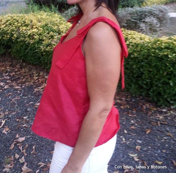 Con hilos, lanas y botones: blusa roja de lino con escote en pico