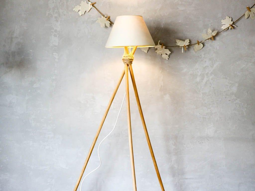 lampara de pie estilo nordico con fondo gris