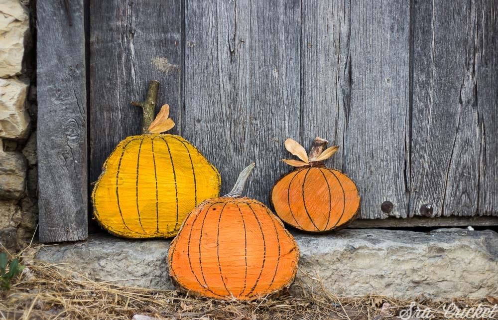 calabazas de halloween con troncos