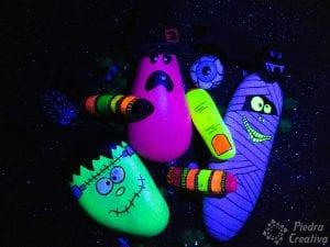 Monstruos de Halloween en piedras