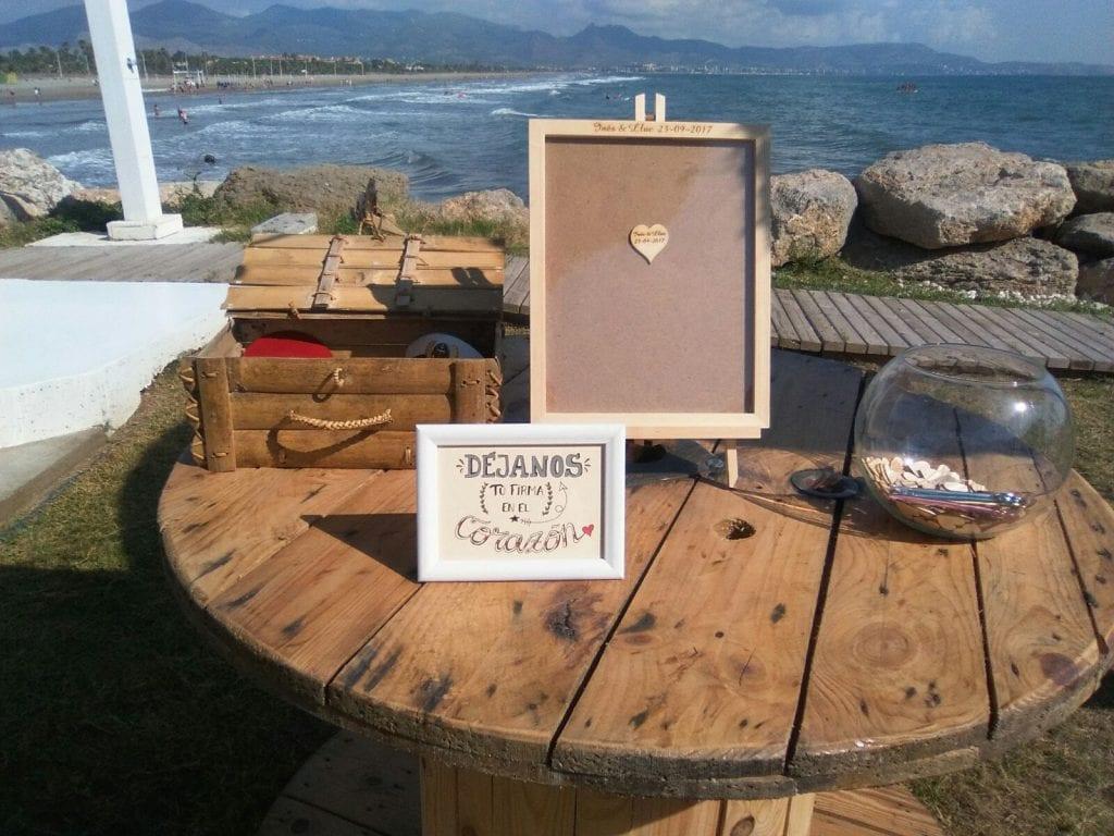 boda diy - libro de firmas original con un marco donde meter corazones.