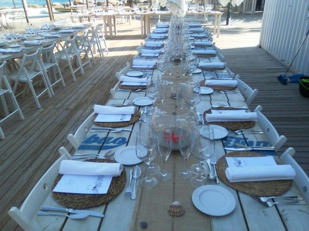 boda DIY - Mesas decoradas con un camino de mesa de yute, peceras y tarros de cristal