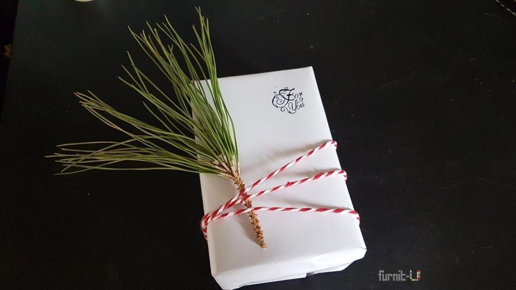 envolver regalos de Navidad diy express - colocamos la ramita y una cuerda