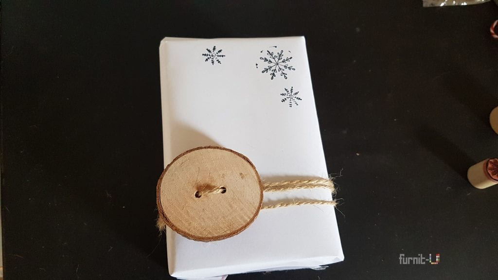 envolver regalos de Navidad diy express - colocamos la rodaja con una cuerda