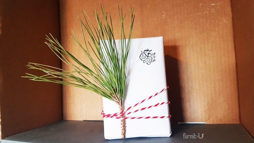 envolver regalos de Navidad diy express - con una ramita de pino y cuerda de color