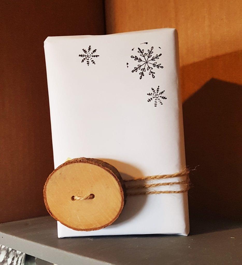 envolver regalos de Navidad diy express - con una rodaja de madera y un folio