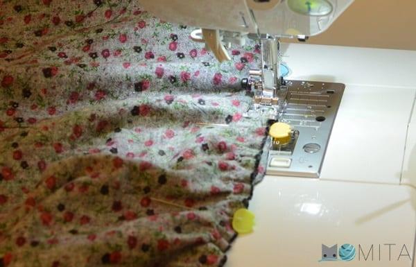 cosiendo a máquina el fruncido