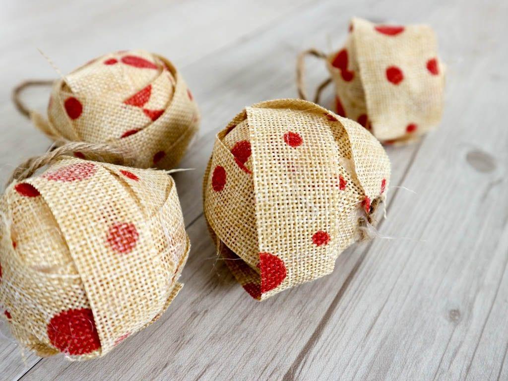 bolas de navidad decoradas con cinta de arpillera