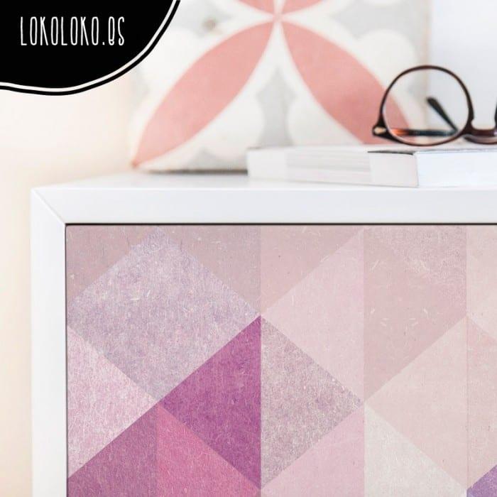 Vinilo adhesivo de un estampado geométrico de triángulos en rosa quarzo, violetas y azules pastel para decoraciones modernas