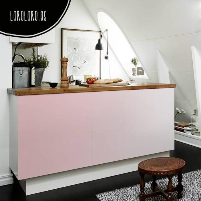 Mueble de cocina moderna con vinilo impreso de color rosa degradado pegado en sus puertas