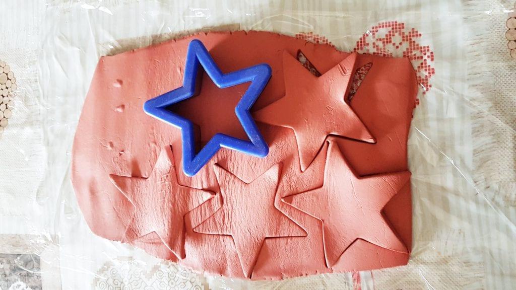 adornos de Navidad con pasta para modelar - usar los moldes para sacar la forma de estrella