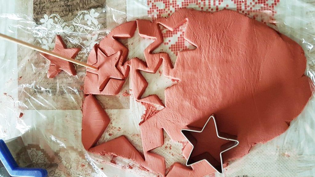 adornos de Navidad con pasta para modelar - volvemos a amasar y a cortar