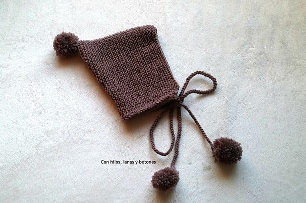 Con hilos, lanas y botones: Conjunto de chaquetita y capota para bebé tejido a mano