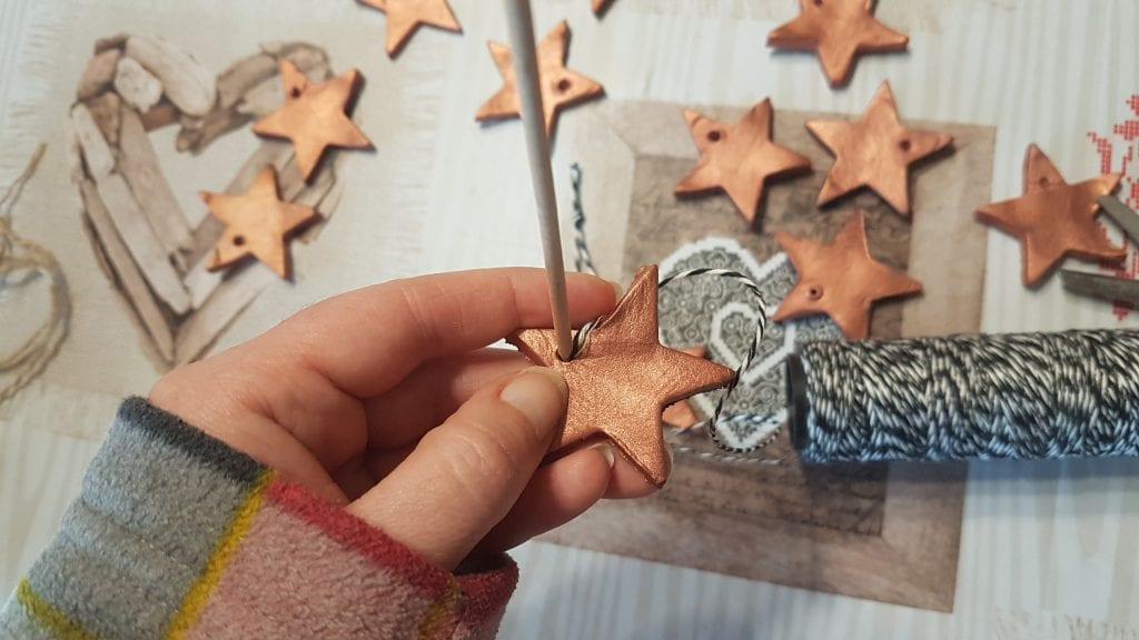 Navidad en Cobre - Usa un palillo de pinchos para ayudarte a colocar las cuerdas