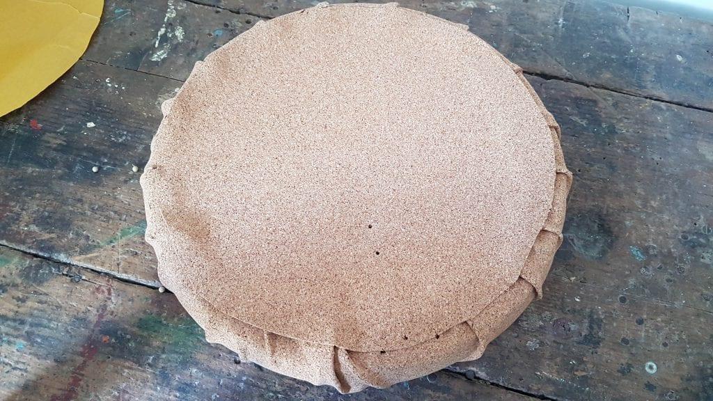 Renovar un puff con corcho adhesivo diy - Colocamos la tapilla para cubrirlo