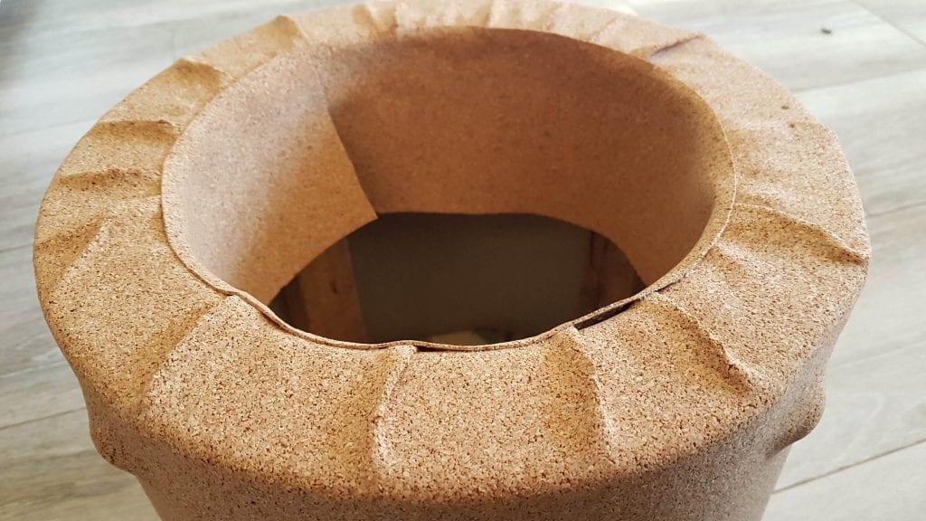 Renovar un puff con corcho adhesivo diy - colocar una tira para cubrir imperfecciones al final