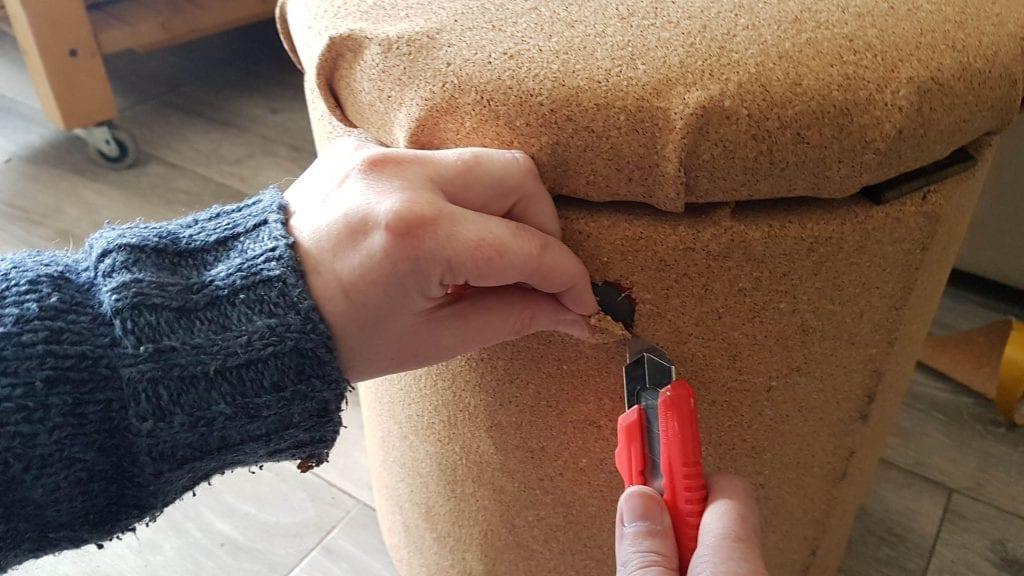 Renovar un puff con corcho adhesivo diy - con un cutter he cortado para dejar asomar los adornos