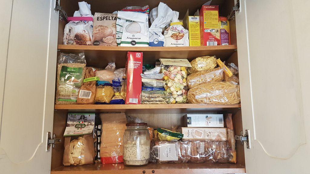 ordenar la despensa - organizar la comida en la cocina baldas tematicas y organizado dentro de ellas por tipos