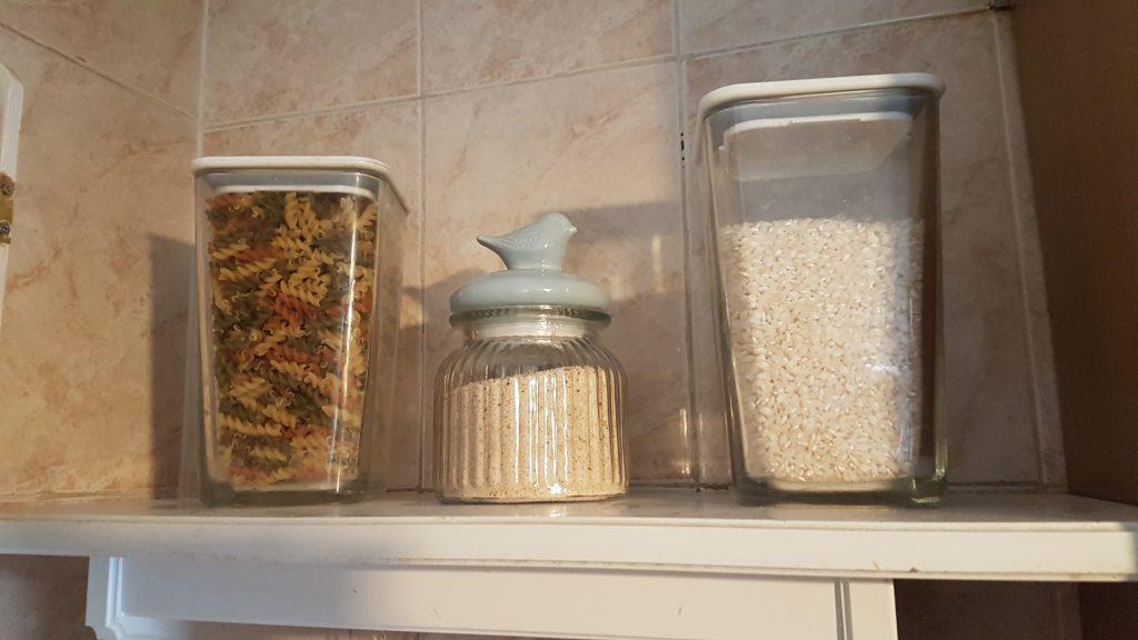 ordenar la despensa - organizar la comida en la cocina usa frascos de cristal