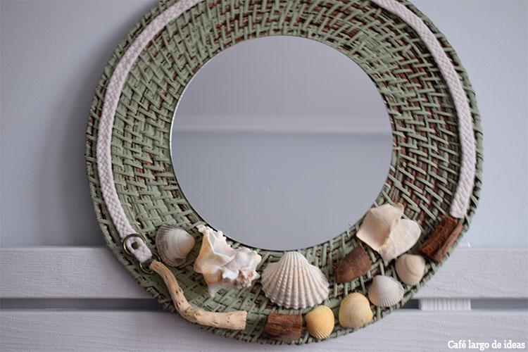 Espejo con conchas, caracolas y palos