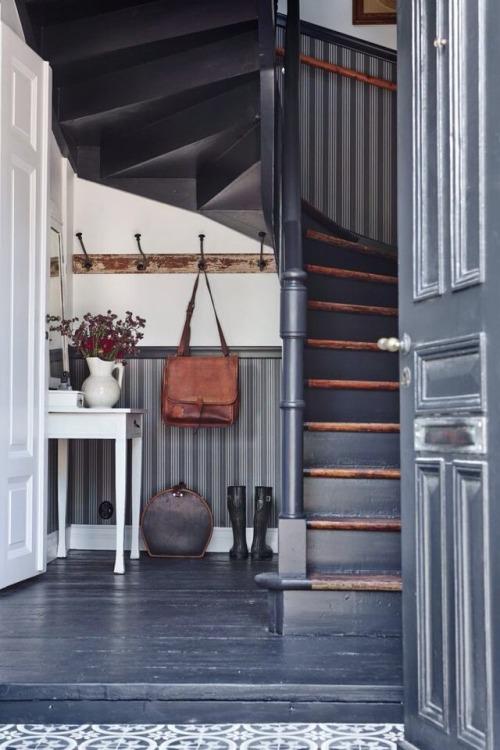 Mesa consola bajo escalera