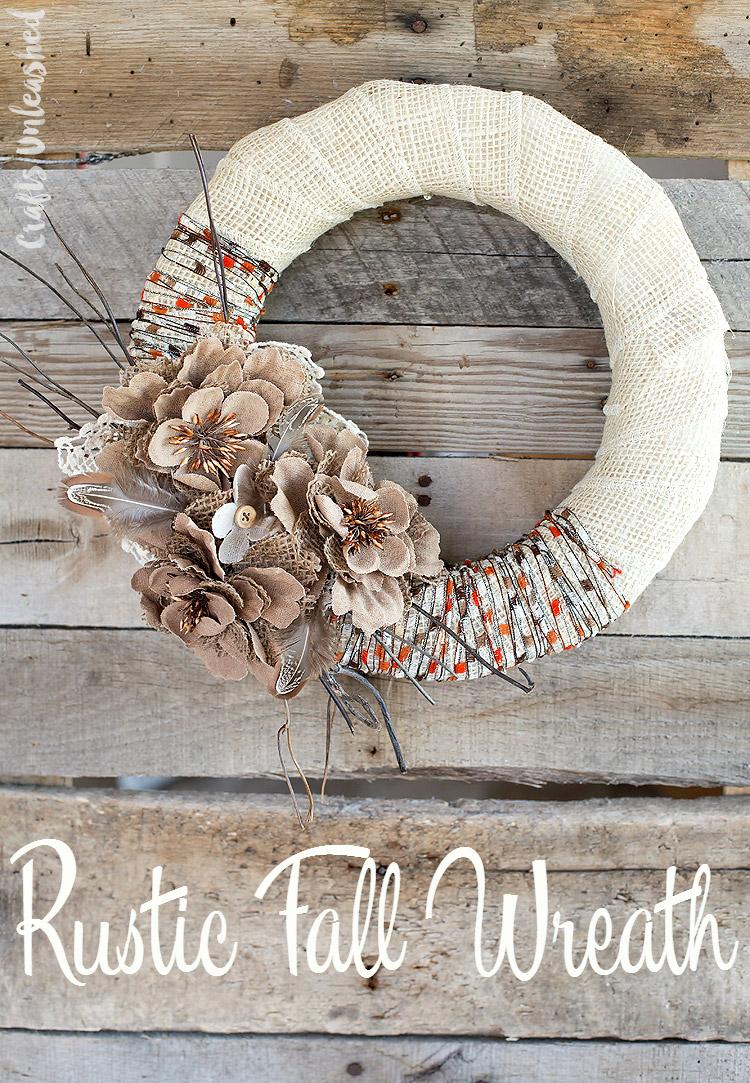 Corona decorativa con flores de tela de saco
