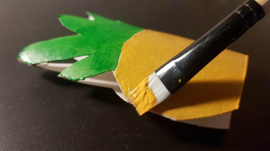 Guirnalda tropical DIY - Pintamos la parte de las hojas de verde, y la parte redonda en amarillo