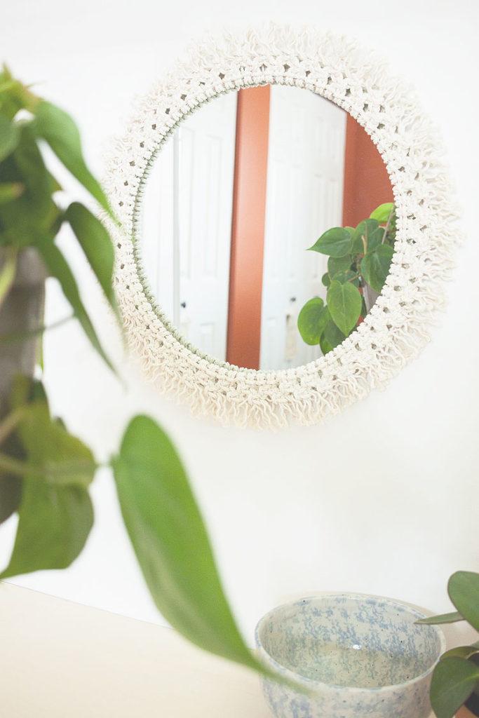 5_DIY_para_decorar_tu_casa_al_estilo_californiano_espejo-macrame-05